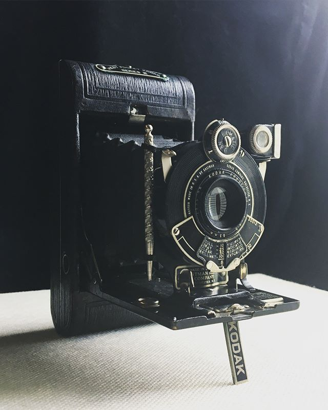 Little piece of history, this one! An Eastman Kodak Vest Pocket folding camera. I might try and shoot a roll of 35mm through it, but it's a 127...a titch smaller than 120 medium format film. There are some other nerdy issues with it, but it'd still be cool to see what the results would be. Quite fascinating, this era! If you want to see more of it, I'll be exploring its bits in an Insta-story 😊 #Kodak #kodakfilm #vintagecamera