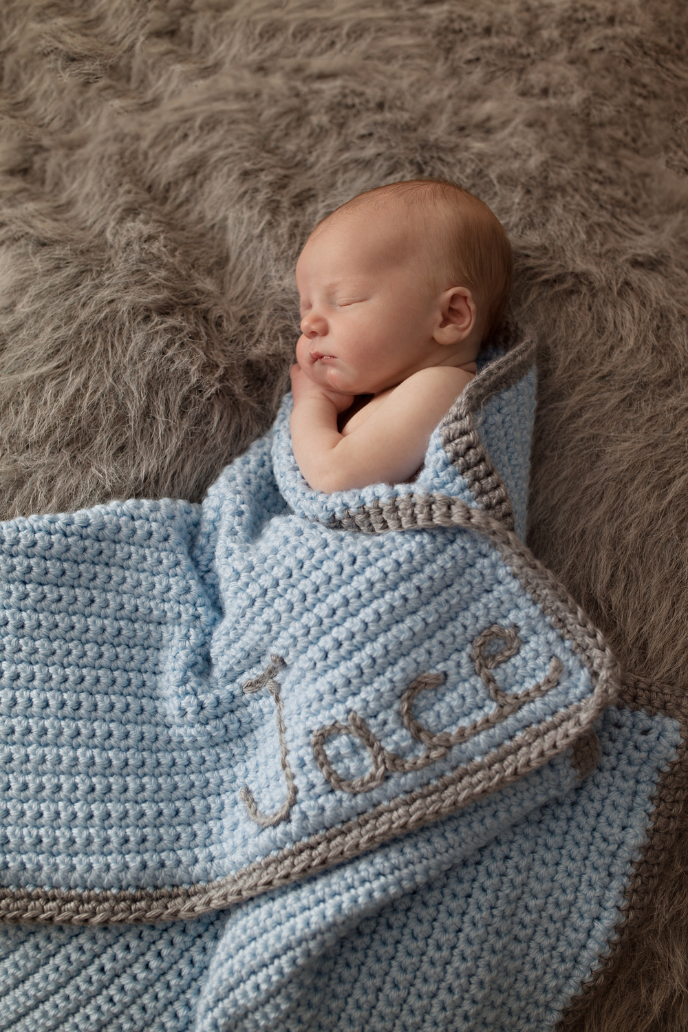 Columbus Ohio professional portrait photographer.  Newborn baby photography.  Hand made crochet blanket for infant.