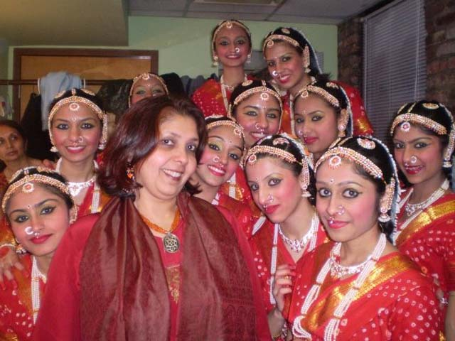 Garba-Swati-Vaishnav-with-Garba-dancers..jpg
