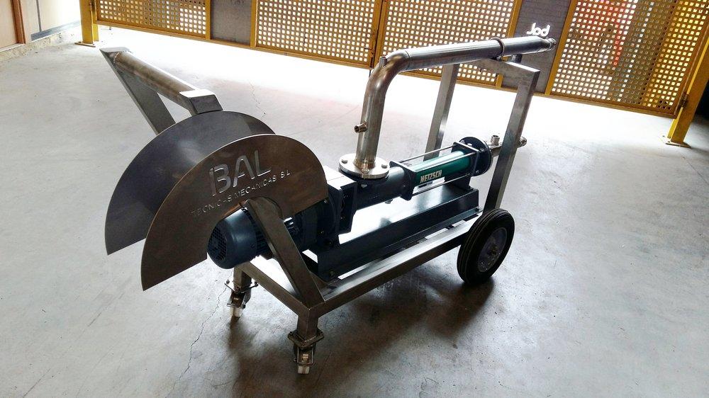 Bomba para transporte de productos viscosos sobre carro para facilitar su desplazamiento