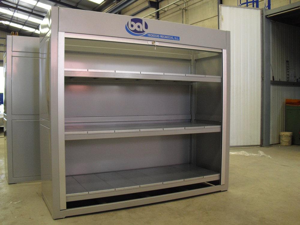Armario con persiana para cierre con llave y baldas interiores para almacenaje de material
