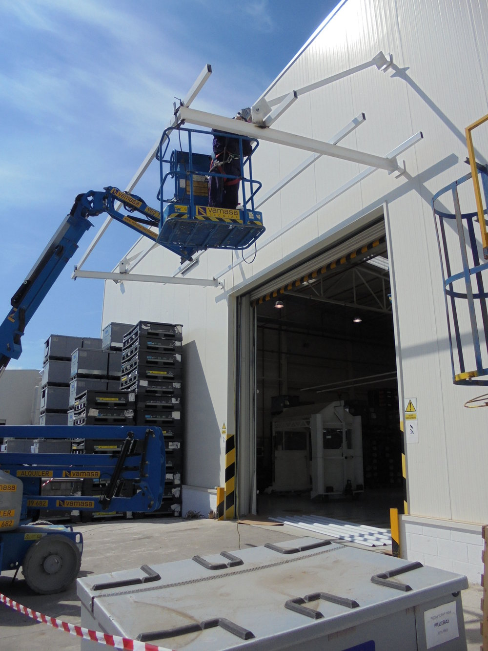 Construcción e instalación de marquesina sobre puerta en nave industrial