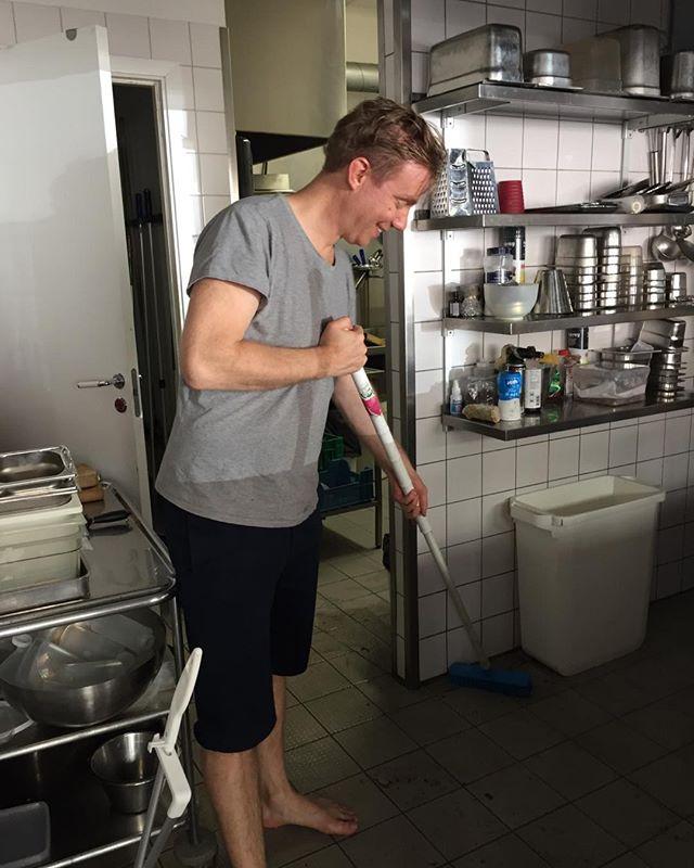 Stort tack #ErikHeelgren!! Jävlar vad rent det är nu😀#dehours#champagne#persilja#tajine#klingan#naturligtvin#kärlighet#städa#såpa#yallatrappan