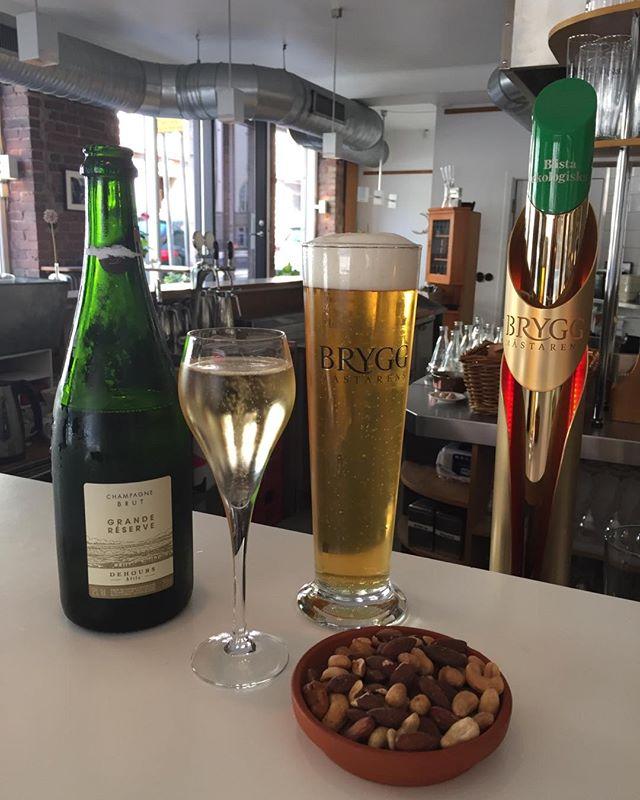 Söndag @Moccasinen 1a beställningen Kan det bli bättre?!? #ChampagneDehours#Bryggmästarensbästa#flipflops#havaianas#söndagsöppet#