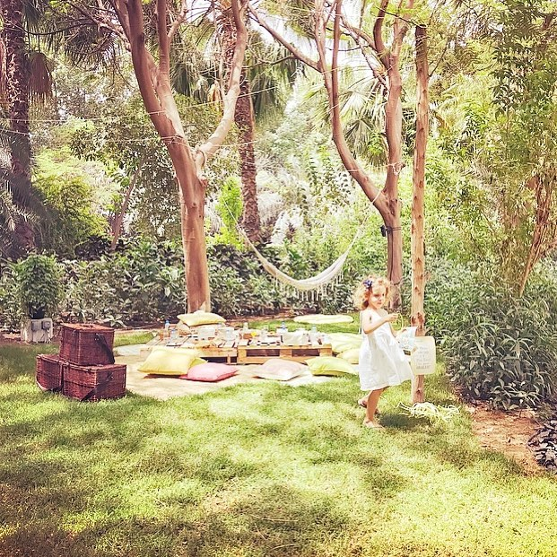 Dubai hideaways. Oh how I love them! This weekend we have discovered Nature Escapes, next to one of our fave weekend breakfast joints, @thefarmdubai in Al Barari. It is the most magical spot in the middle of the desert. Themed corners to choose from in the midst of greenery where you can have a generous picnic breakfast. Best to go there as soon as it opens, as Dubai is starting to get serious about summer! 😅