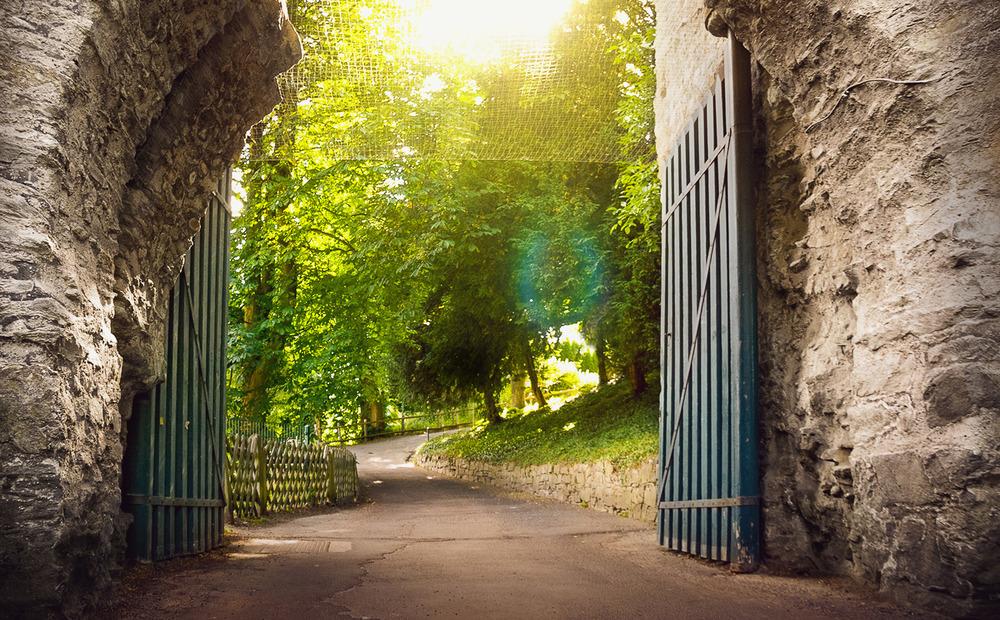 Wiesbadener Burgfestspiele. Eingangstor zum Burggarten der Burg Sonnenberg.