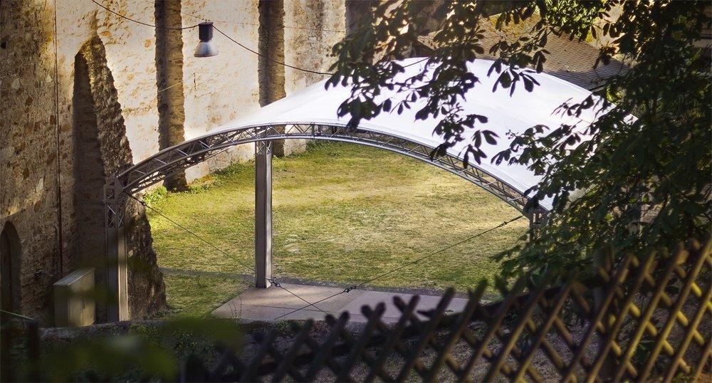 Wiesbadener Burgfestspiele. Burggarten Burg Sonnenberg.