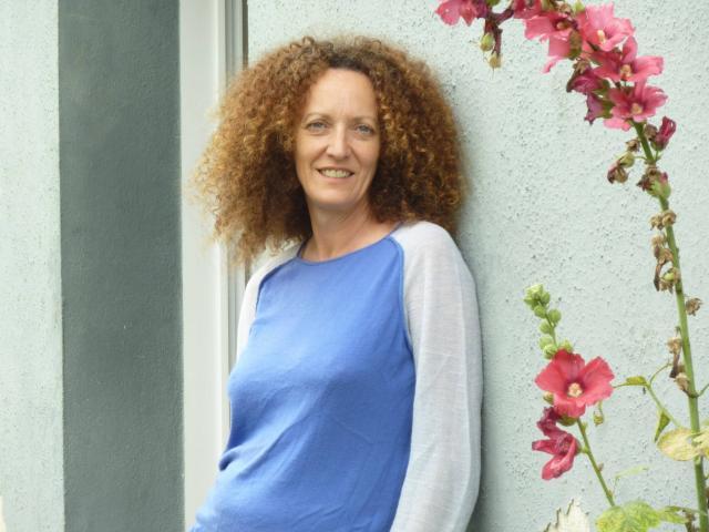 La Finistérienne Sophie Le Fur et ses sacs en matière recyclées par Bernadette Bourvon