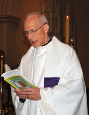 Monseñor Michael D. Hazard, sacerdote de la iglesia de St. Joseph, Kalamazoo