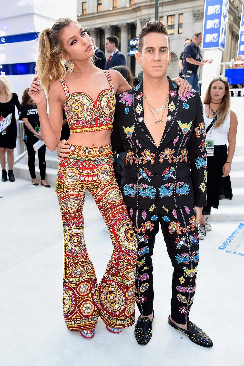 I do love a good coordinated outfit and this pair are certainly making a statement.Jeremy Scott is killing it in this sharp suit with it's flashy flair.