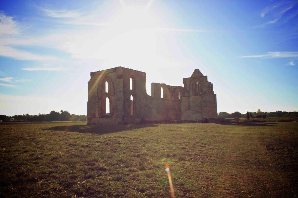 Abbaye des châteliers dans sont ensemble