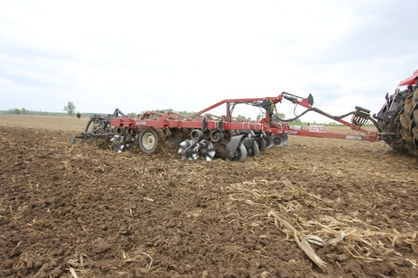 I-4200 Tillage Hybrid Vertical Tillage in action