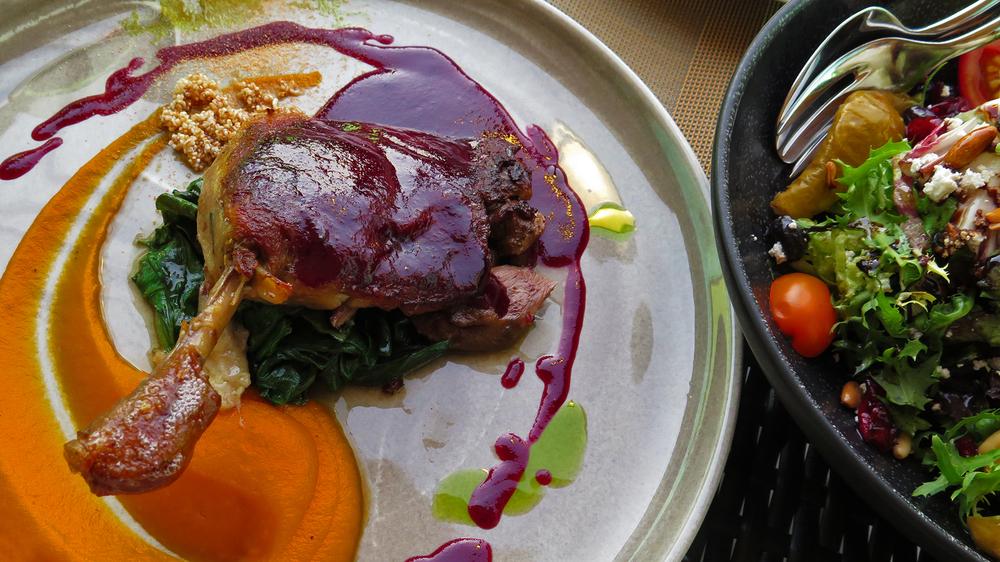 Ördek But Confit ve Divan Salata  Sotelenmiş pazı, portakal sos ve havuç jel ile servis ediliyor.