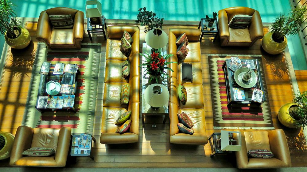 Avlunun asma kattan manzarası