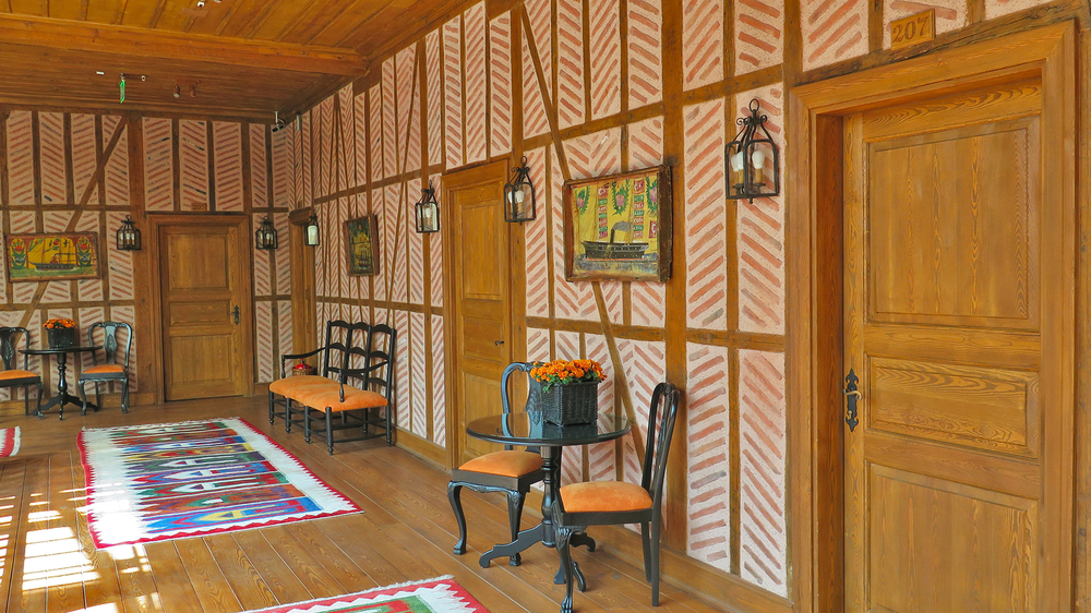 Asma kattaki odaların girişi