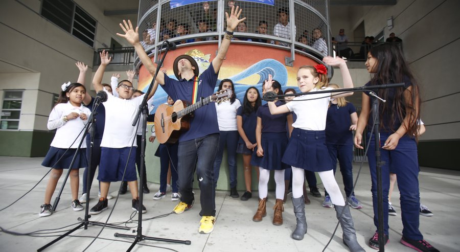 Jason Mraz performs with students from his Turnaround Arts school in support of arts education.