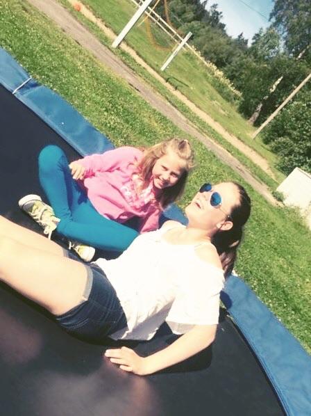 Dina og Catharina varmer opp på trampolinen