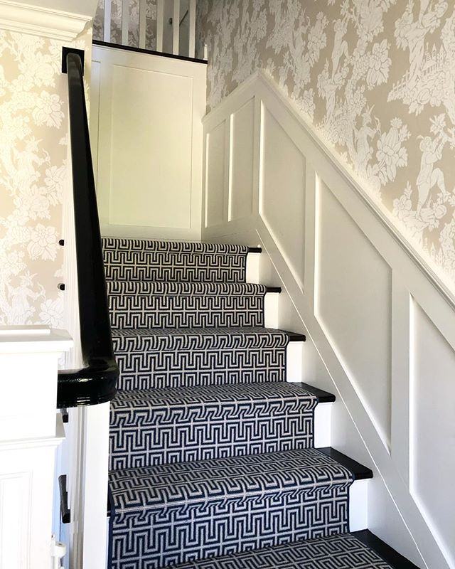 The most beautiful entry transformation!  The carpet is bold and graphic.  The wallpaper is organic and neutral.  Each is a statement and together they are 🌟  #entry #transformation #wallpaper #interiors #interiordesign #blueandwhite #gingerrossdesign