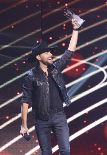Brett Kissel accepts his award for male artist of the year at the Canadian Country Music Association Awards at Budweiser Gardens in London, Ont. on Sunday September 11, 2016. Craig Glover/The London Free Press/Postmedia Network