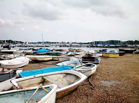 Boats_at_West_Itchenor.jpg