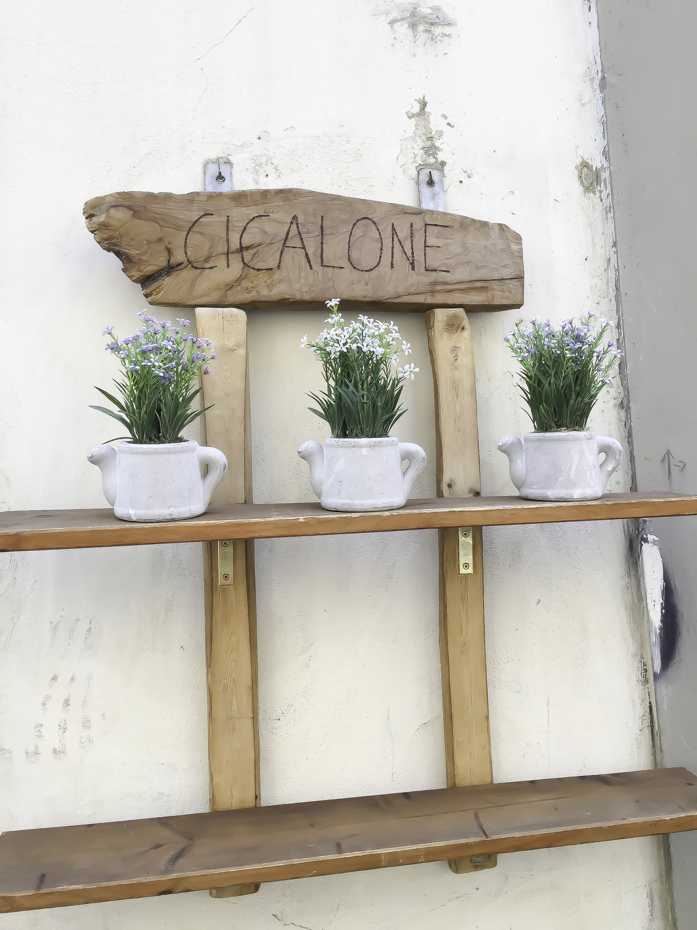 Decor at Vinaino Cicalone on Via Delle Belle Donne