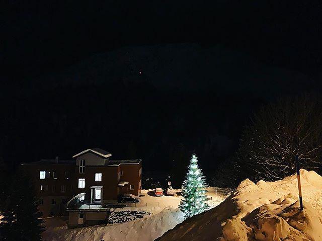 Das letzte Weihnachtsbäumli stand am 31.12 noch, fragt sich bei dem ganzen Neuschnee nur wie lange! 🤩❄️😎❄️🥳 Es schneit und schneit und schneit!!! #winter2019 #bar #arosa #snow #snowboarding #skiing #schnee #frauholle #du #scharfer #zahn ❤️