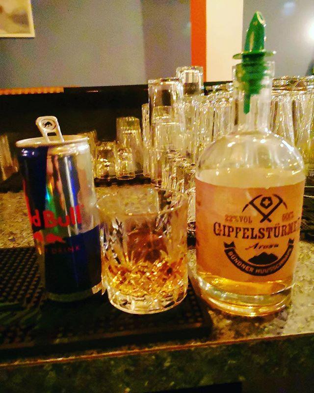 Franco's neuste Kreation: Gipfelstürmer und Redbull = Flying Stürmer oder Neymar. 😃👌🏾😁 . . . #winter2019 #cocktails #bartender #bar #arosa #winter #mountains #gipfelstürmer