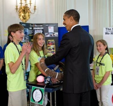 Former President Obama tests the SMARTWheel as TJ Evarts and his team explain the invention (photo credit: Chuck Kennedy/White House)