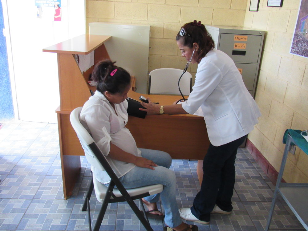 A Clínica Medica nurse taking vitals in the 1,000 Days of Difference program  (photo credit: MPI)