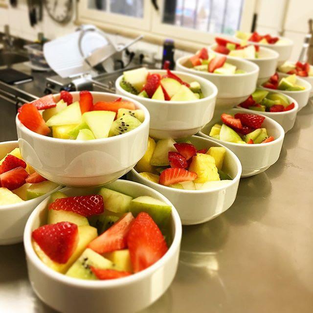 Some fresh fruit ready for breakfast  #hsfrome #hotelsanfrancescoroma #trastevere #breakfast #fruitsalad #rome