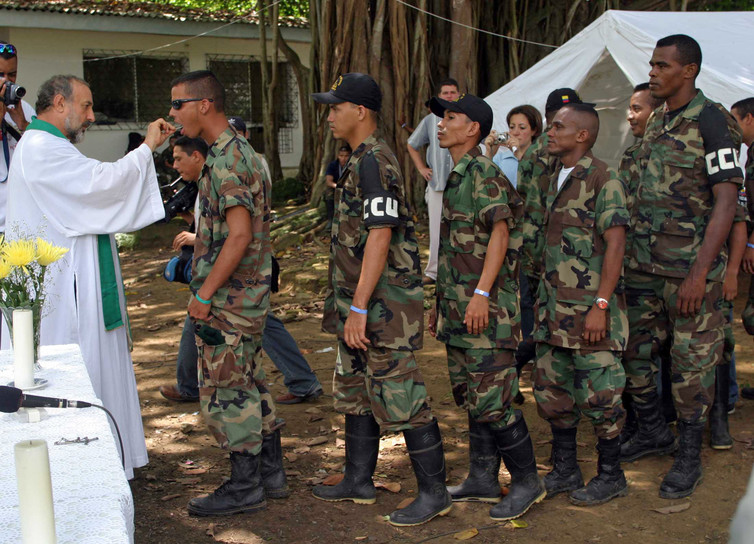 Colombian paramilitary forces, seen here demobilising in 2005, set up shop in Montes de María in the 1990s. Reuters/Fredy Builes EA/TC