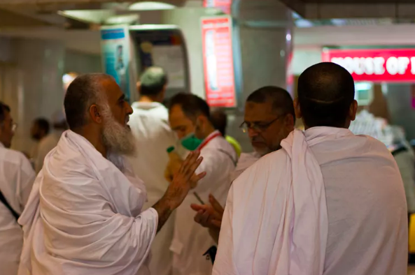 Pilgrims dressed in white garments.  Al Jazeera English ,  CC BY-NC