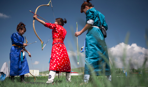 Female archers preparing for Nadaam. Taylor Weidman. CC BY SA-3.0.