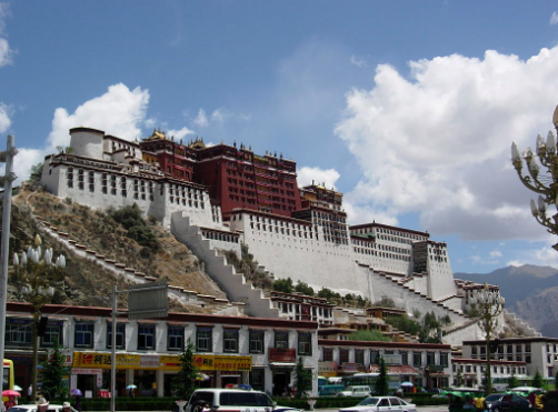 Tibet was invaded by China in the 1950s. Tibetan independence is still a fiercely debated topic in Asia and abroad. (WT-en) SONORAMA at English Wikivoyage -Own work. Public Domain.