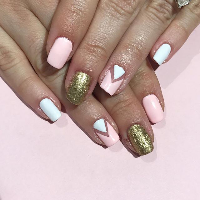 Getting ready for Easter 🐣🌷🌸with a touch of gold! By @thenailphilosophy #nails #nailart #pinknails #geometric #spring #goldnails #akikonails_broadway #themarketnyc