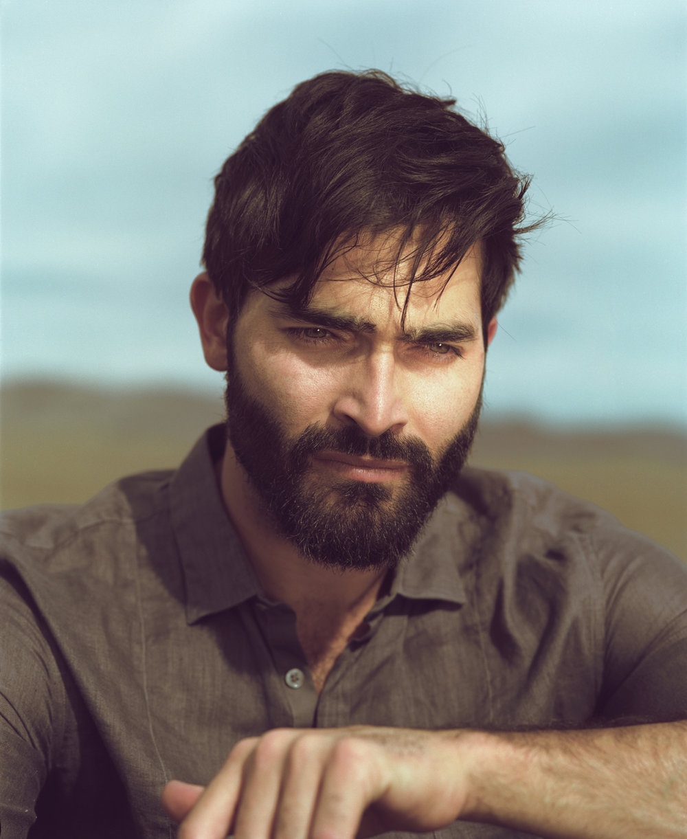 16_10_Tyler_Hoechlin_Film_Grass_01.jpg
