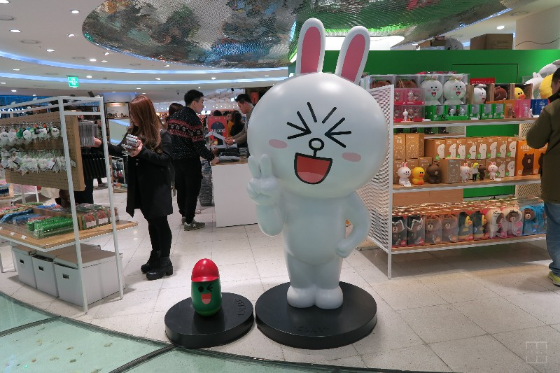 mealswithjamie-travel-seoul-south-korea-dongdaemun-doota-mall-line-store