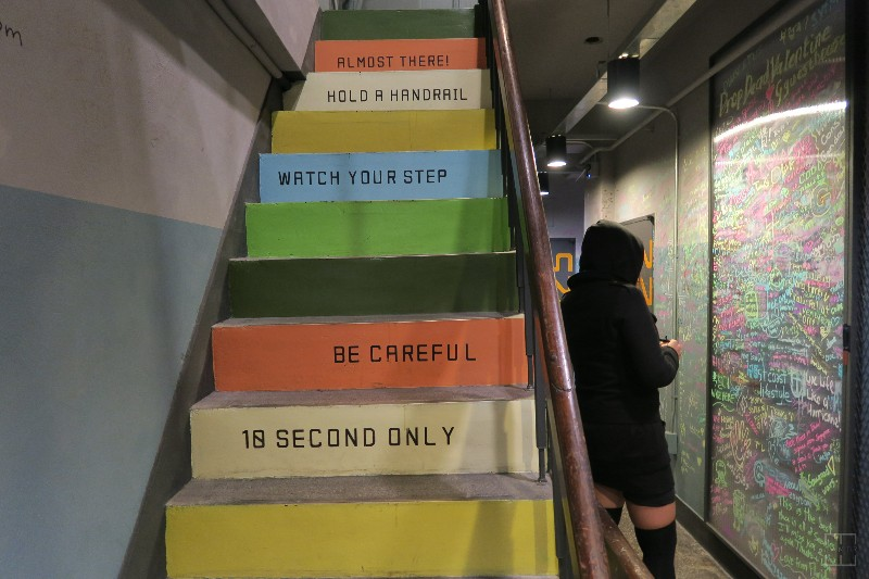 mealswithjamie-travel-seoul-south-korea-itaewon-g-guesthouse-stairway