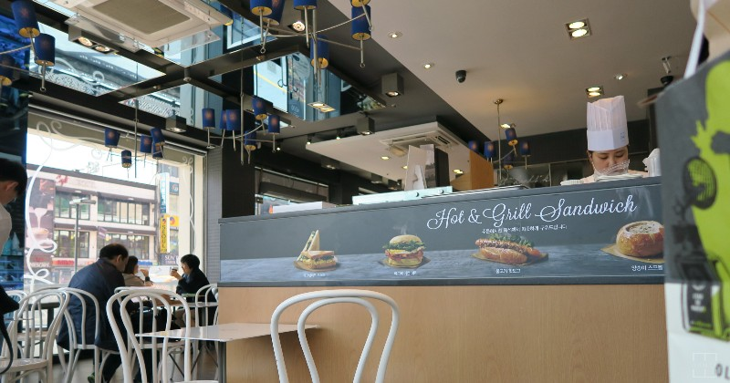 mealswithjamie-travel-seoul-south-korea-itaewon-paris-baguette-interior
