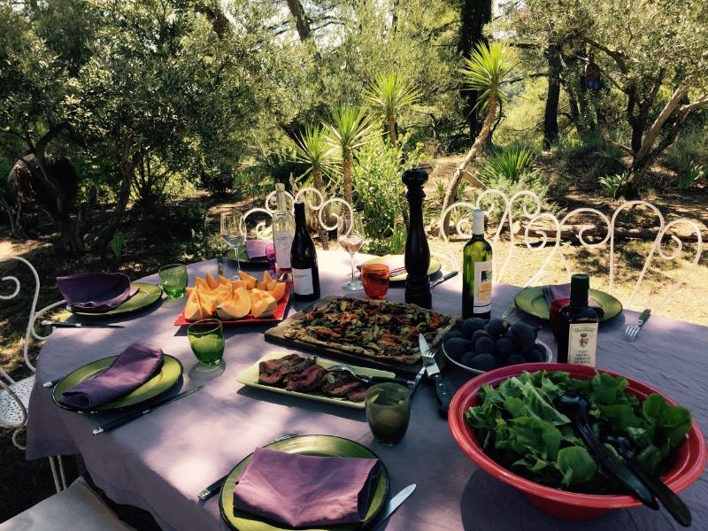 chambre d'hote de champaga petit déjeuner en terrasse.jpg
