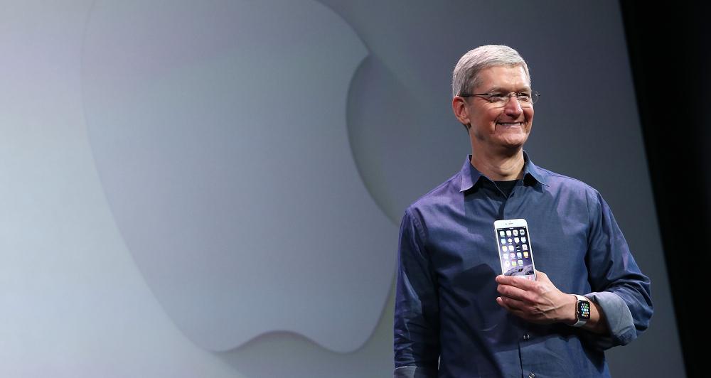 작년 9월의 이벤트에서 애플의 CEO 팀 쿡이 아이폰 6와 애플 워치를 선보이는 모습.