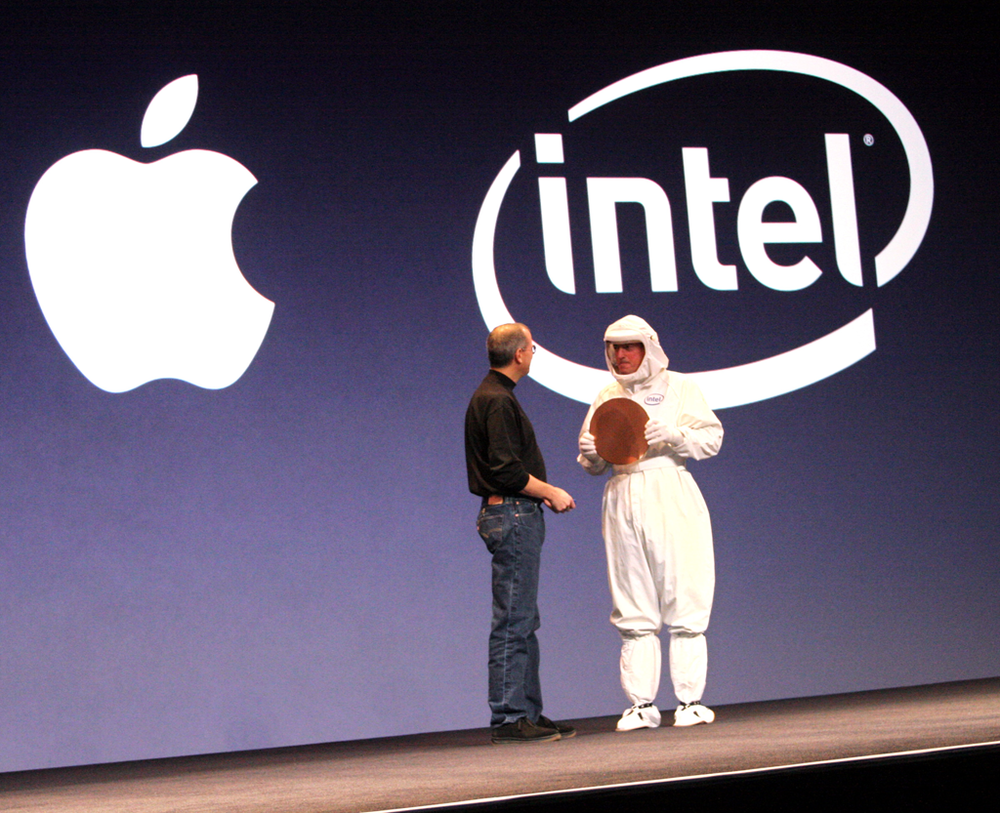 맥월드 2006에서 맥용 인텔 프로세서의 첫 웨이퍼를 들고 온 폴 오텔리니(오른쪽) 인텔 전 CEO와 스티브 잡스(왼쪽) 애플 전 CEO.