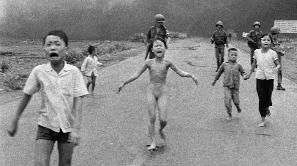베트남 전쟁 당시 찍힌 '네이팜 소녀'.