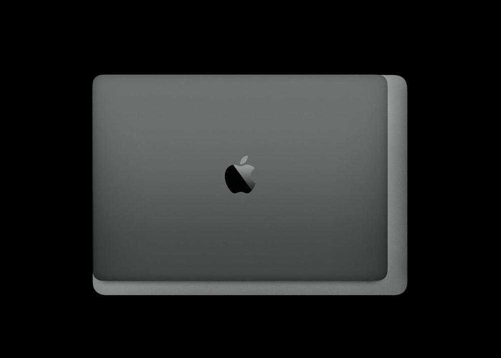 13인치 맥북프로(스페이스 그레이)와 13인치 맥북 에어(실버)의 크기 비교.