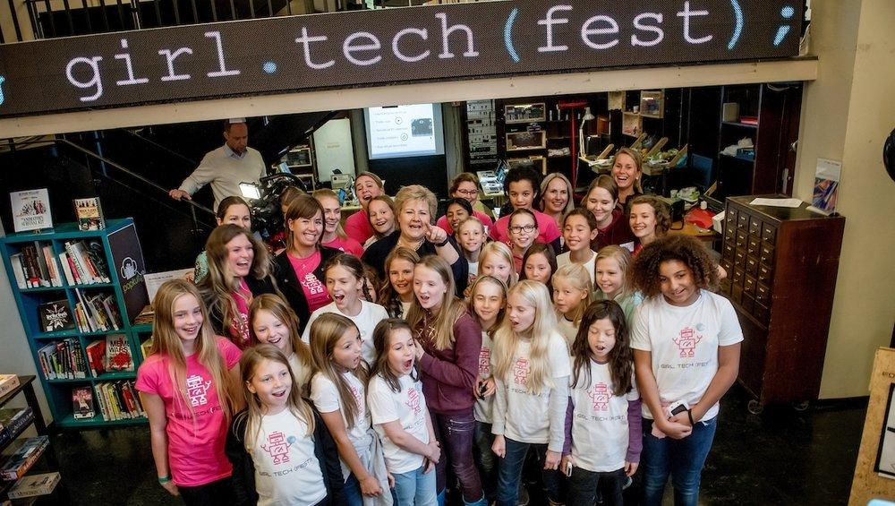 Over 75 kvinnelige veiledere stilte entusiastiske under fjorårets Girl Tech Fest.