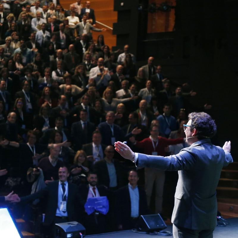 Innovación, Startups, Creatividad Directiva, Emprender, Inspiración, Desafíos y Reinvención. Marc explica en primera persona su pasión por ser parte de quienes construyen un nuevo mundo. Lo hace a partir de la idea de que la innovación y el estímulo de la creatividad surgen de las características propias de lo que denominamos 'emprender'. Marc explica como iniciarse en el nuevo management que ha llevado al éxito a las startups más influyentes del mundo.