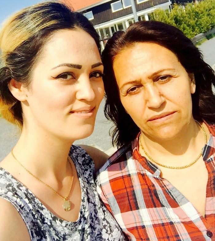Jag och min mamma ute i solen. Min mamma ler aldrig på bilder, vad ska jag göra? Tips?