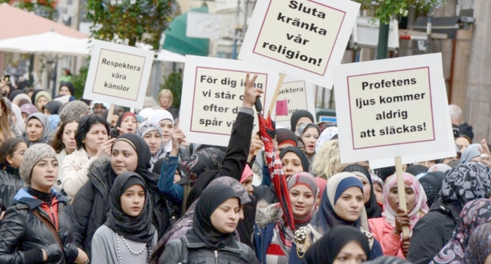 Det finns muslimska länder att bo i, varför åker ni inte dit?