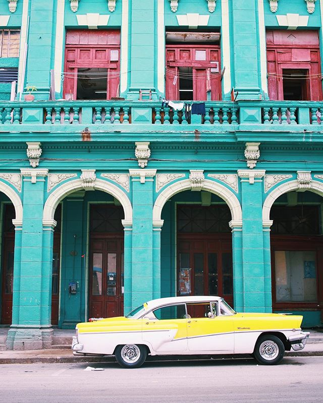 Every corner of Havana is a photo waiting to be taken •short film in bio• 📸: @jessica_wardwell #simplebeauty #classiccarspotting