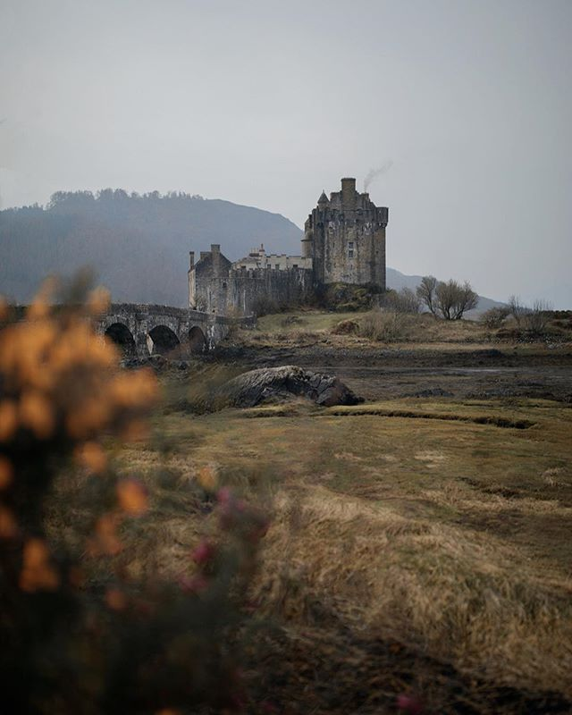 The land of castles... Inevitable for the mind to wonder every time we are exploring these places, imagining all the history lived around. Secluded in forests, buoyant on lochs, hidden in the most staggering Scottish landscapes. Castles in Scotland are like dreams...